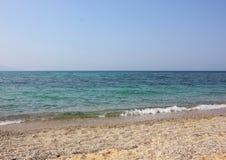 Vågor på en strand royaltyfria foton