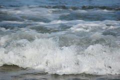 Vågor på en strand i Danmark Arkivfoto