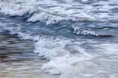 Vågor på kusten arkivfoton