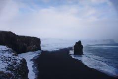 Vågor på kusten av den svarta sandstranden, Island royaltyfri fotografi