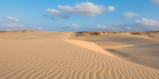 Vågor på sanddyn i Chaves sätter på land Praia de Chaves i Boavist Arkivbilder