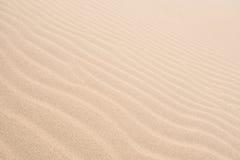 Vågor på sanddyn i Chaves sätter på land Praia de Chaves i Boavist Arkivfoton