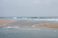 Vågor på sanden Royaltyfri Bild