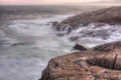 Vågor på Schoodic punkt, Maine arkivbild
