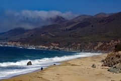 Vågor på stora Sur Kalifornien Arkivfoto