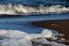 Vågor på strandcloseupen Royaltyfri Fotografi