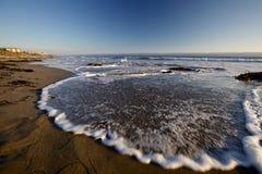 Vågor på stranden Arkivfoton