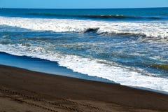 Vågor på stranden Royaltyfri Fotografi