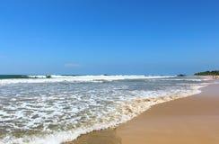 Vågor på stranden av Bentota Fotografering för Bildbyråer