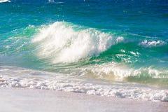 Vågor på stranden av ett tropiskt hav fotografering för bildbyråer