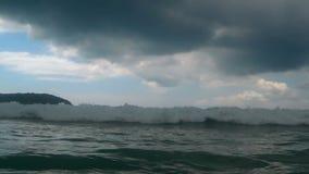 Vågor på stranden av Nai Harn, Thailand arkivfilmer