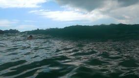 Vågor på stranden av Nai Harn, Thailand lager videofilmer