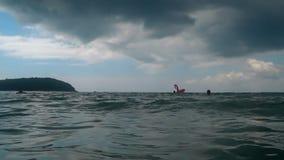 Vågor på stranden av Nai Harn, Thailand stock video