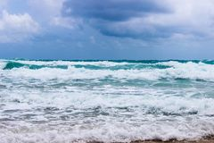 Vågor på stranden i den asiatiska fjärden royaltyfri bild