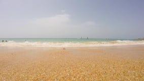 Vågor på stranden med sand arkivfilmer