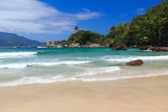 Vågor på stranden stora Aventueiro av ön Ilha, Brasilien royaltyfri foto