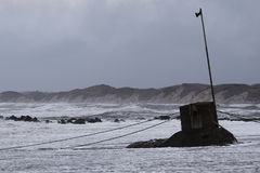 vågor på stranden under stormen i Nr Vorupoer på Nordsjönkusten i Danmark Arkivfoto