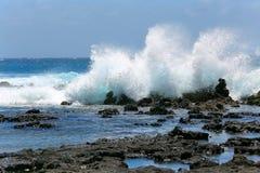 Vågor plaskar i Kauai Arkivfoton