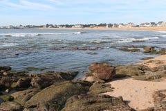Vågor ska krascha på vaggar på en strand nära Pornic (Frankrike) Arkivfoto