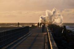 Vågor slår pir på nr Vorupoer på Nordsjönkusten i Danmark Royaltyfria Foton