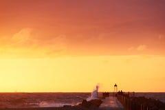 Vågor slår pir på nr Vorupoer på Nordsjönkusten i Danmark Royaltyfri Bild