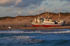 Vågor slår pir på nr Vorupoer på Nordsjönkusten i Danmark Royaltyfri Foto
