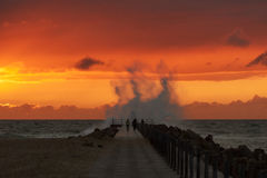 Vågor slår pir på nr Vorupoer på Nordsjönkusten i Danmark Fotografering för Bildbyråer