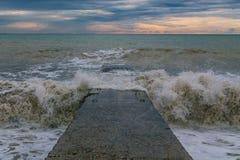Vågor slogg stenhavspir Färgstänk sprider sammanlagt riktningar royaltyfri foto