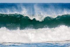 Vågor som bryter i kusten arkivfoton