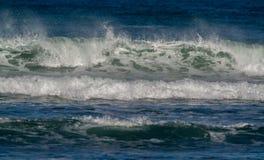 Vågor som bryter i kusten royaltyfri fotografi