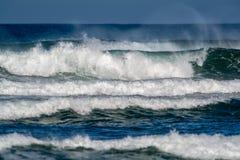 Vågor som bryter i kusten arkivbild