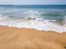 Vågor som bryter med vitt skum på en sandig strand Härlig strandsikt av Atlanticet Ocean royaltyfria foton
