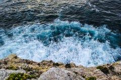 Vågor som bryter mot klippan, vänder mot i Portugal Arkivbilder