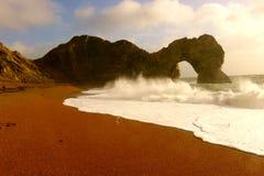 Vågor som bryter på den Durdle dörren i Dorset arkivfoton