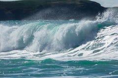 Vågor som bryter på den Fistral stranden, Newquay, norr Cornwall fotografering för bildbyråer