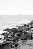 Vågor som bryter på den steniga kusten Royaltyfria Foton