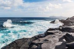 Vågor som bryter på den steniga kusten av kanariefågelöarna Turism lopp, semester, havskryssning royaltyfria bilder