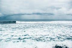 Vågor som bryter på den steniga kusten av kanariefågelöarna Turism lopp, semester, havskryssning arkivbild