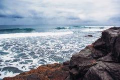 Vågor som bryter på den steniga kusten av kanariefågelöarna Turism lopp, semester, havskryssning fotografering för bildbyråer