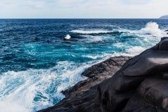 Vågor som bryter på den steniga kusten av kanariefågelöarna Turism lopp, semester, havskryssning arkivbilder