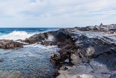 Vågor som bryter på den steniga kusten av kanariefågelöarna Turism lopp, semester, havskryssning royaltyfri fotografi