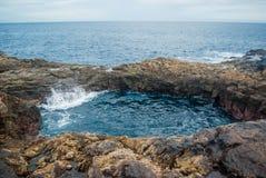 Vågor som bryter på den steniga kusten av kanariefågelöarna Turism lopp, semester, havskryssning royaltyfria foton