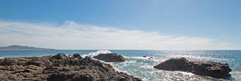 Vågor som bryter på den steniga kustlinjen på Cerritos, sätter på land mellan Todos Santos och Cabo San Lucas i Baja California M Fotografering för Bildbyråer