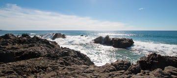 Vågor som bryter på den steniga kustlinjen på Cerritos, sätter på land mellan Todos Santos och Cabo San Lucas i Baja California M Arkivfoto