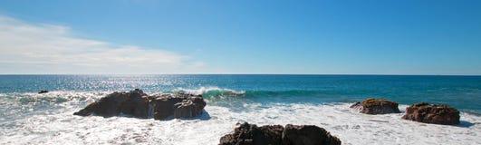 Vågor som bryter på den steniga kustlinjen på Cerritos, sätter på land mellan Todos Santos och Cabo San Lucas i Baja California M Royaltyfria Bilder