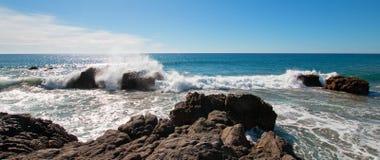 Vågor som bryter på den steniga kustlinjen på Cerritos, sätter på land mellan Todos Santos och Cabo San Lucas i Baja California M Royaltyfri Bild