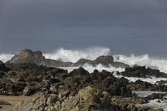 Vågor som bryter på en stenig strand fotografering för bildbyråer