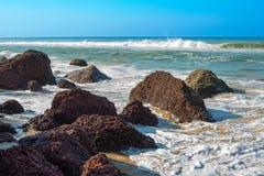 Vågor som bryter på en stenig strand, Varkala, Kerala Arkivfoton