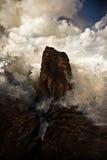 Vågor som bryter på en vagga fotografering för bildbyråer