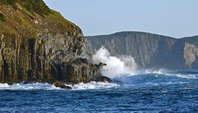 Vågor som bryter på havsklippor royaltyfri foto